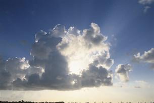 雲間からの太陽光線の写真素材 [FYI04068263]