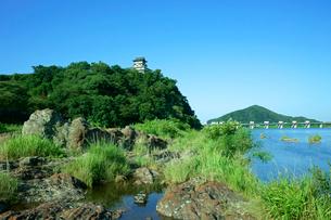 犬山城と木曽川 河床の赤色チャート(岩石)の写真素材 [FYI04068366]