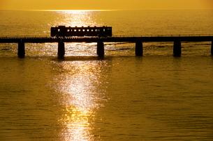 列車と夕日の写真素材 [FYI04068701]