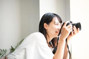 一眼レフカメラで写真を撮影している女性の写真素材 [FYI04068779]