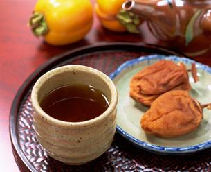 ほうじ茶と干し柿の写真素材 [FYI04068919]