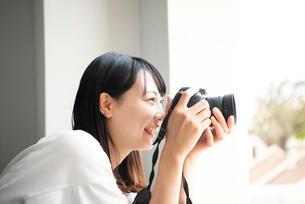 一眼レフカメラで写真を撮影している女性の写真素材 [FYI04068964]