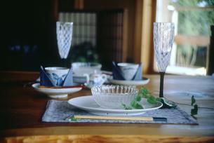 夏のテーブルセットの写真素材 [FYI04069542]
