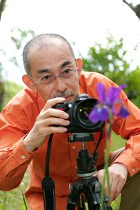 写真を撮るシニア男性の写真素材 [FYI04069550]