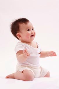 座って笑う赤ちゃんの写真素材 [FYI04069573]