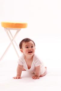 イスと赤ちゃんの写真素材 [FYI04069574]