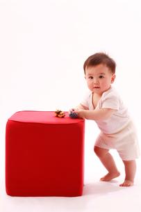 赤い物体と赤ちゃんの写真素材 [FYI04069576]