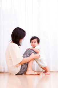 赤ちゃんと母親の写真素材 [FYI04069707]