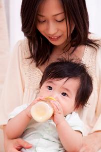 ミルクを飲む赤ちゃんと母親の写真素材 [FYI04069710]