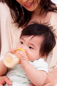 ミルクを飲む赤ちゃんと母親の写真素材 [FYI04069715]