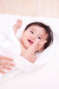 タオルにくるまれた赤ちゃんの写真素材 [FYI04069718]
