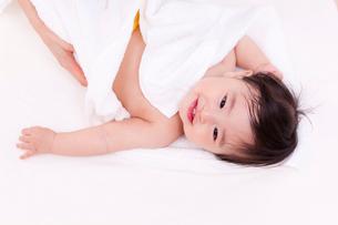タオルにくるまれた赤ちゃんの写真素材 [FYI04069720]