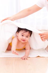タオルで赤ちゃんの体を拭く母親の写真素材 [FYI04069725]