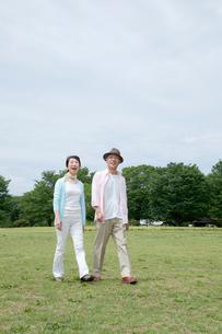 公園を散歩するシニア夫婦の写真素材 [FYI04069742]