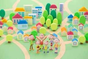 3世代家族家族と住宅地の街並み俯瞰の写真素材 [FYI04069771]