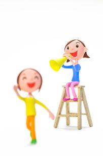 走る子どもと応援する母親の写真素材 [FYI04069803]