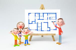 家族と間取り図の写真素材 [FYI04069804]