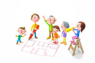 間取り図を描く男性と家族の写真素材 [FYI04069811]