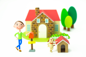 家の前に立つ男性と犬の写真素材 [FYI04069812]