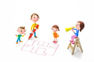 間取り図を描く男性と家族の写真素材 [FYI04069814]