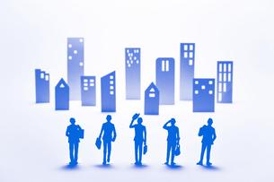 紙のビジネスマンとビル群(ブルー)の写真素材 [FYI04069868]