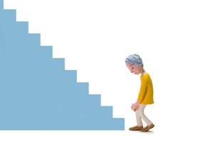 階段,膝痛,初老女性の写真素材 [FYI04069883]