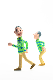元気に歩く男性,腰痛の男性の写真素材 [FYI04069893]