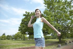 公園でウォーキングする女性の写真素材 [FYI04070073]