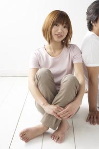 床に座るカップルの写真素材 [FYI04070139]