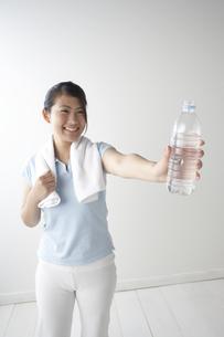 ペットボトルを持つ女性の写真素材 [FYI04070148]