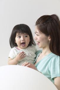 女の子と母親の写真素材 [FYI04070161]