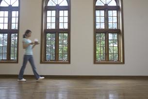 部屋を歩く女性の写真素材 [FYI04070209]