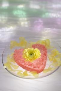 ハート型のゼリーと花の写真素材 [FYI04070225]