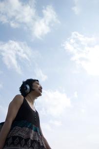遠くを見るヘッドフォンをした女性の写真素材 [FYI04070263]