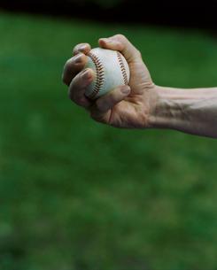 野球ボールを握る外国人男性の手の写真素材 [FYI04070268]