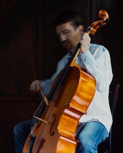 チェロを弾く外国人男性の写真素材 [FYI04070273]