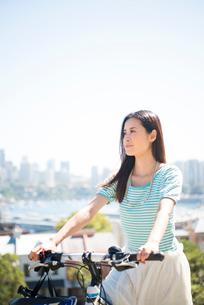 自転車にまたがっている女性の写真素材 [FYI04070299]