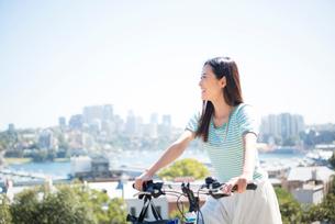 自転車にまたがっている女性の写真素材 [FYI04070301]