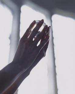 水晶を持つ外国人女性の手の写真素材 [FYI04070304]