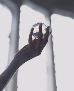 水晶を持つ外国人女性の手の写真素材 [FYI04070305]