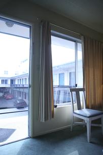 モーテルの入口と椅子の写真素材 [FYI04070306]