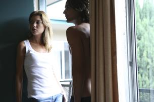 モーテル入口に立つ男性と女性の写真素材 [FYI04070316]