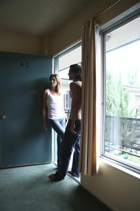 モーテル入口に立つ男性と女性の写真素材 [FYI04070317]