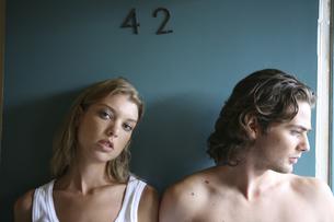 モーテル入口に立つ男性と女性の写真素材 [FYI04070321]