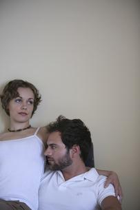 椅子に座って寄り添う男性と女性の写真素材 [FYI04070325]