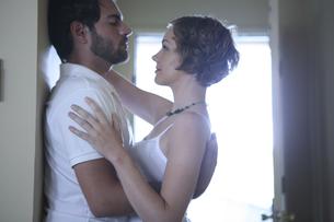 密接に体を寄せ合う男性と女性の写真素材 [FYI04070328]