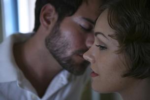キスをしようと顔を近づける男性と女性の写真素材 [FYI04070329]