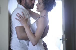 密接に体を寄せ合う男性と女性の写真素材 [FYI04070330]
