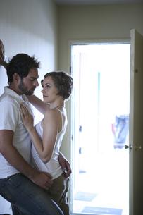 密接に体を寄せ合う男性と女性の写真素材 [FYI04070331]