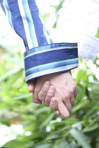 手を握る男性と女性の写真素材 [FYI04070339]